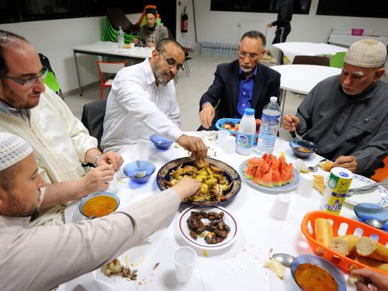 muslim-men-eating